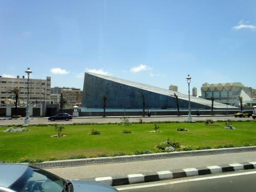 2日目 バスからアレキサンドリア図書館を見ました。