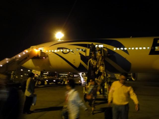 1日目 カイロ空港に2時間遅れで到着 専用バスでホテルへ