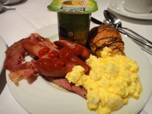 2日目 朝食とアマランテ ピラミッズ ホテルの中庭