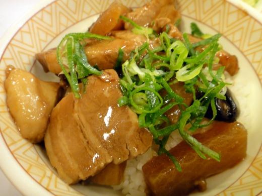 すき家 こだわり丼「豚とろ丼(並)」+とん汁サラダセットを食べました。