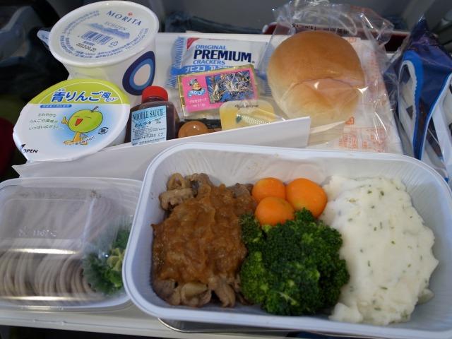 1日目 関空→ヘルシンキ 機内食 ビーフ