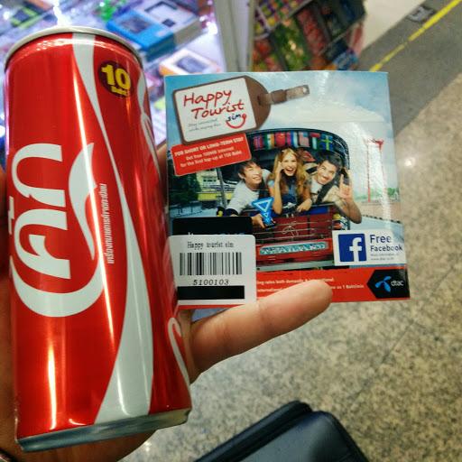 ドンムアン空港内の売店でdtacのHappy Tourist SIMを買って、エアポートバスでバンコク市内へ