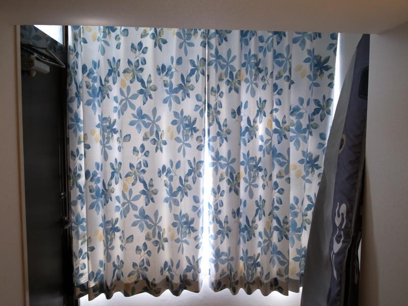 一人暮らしの部屋にカーテンを付けました