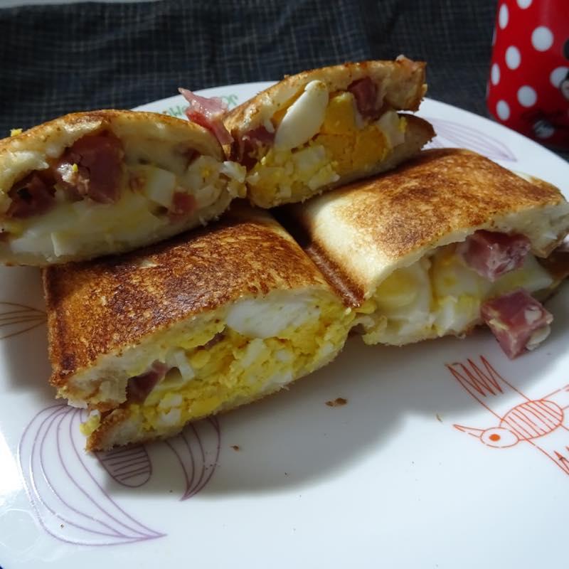 休日の朝食はバウルーでホットサンド「たまごとハムのサンド」「バナナとkiriクリームチーズのサンド」