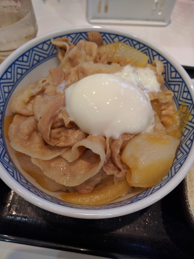 優待券を使いに吉野家へ「豚半熟玉子丼」を食べました