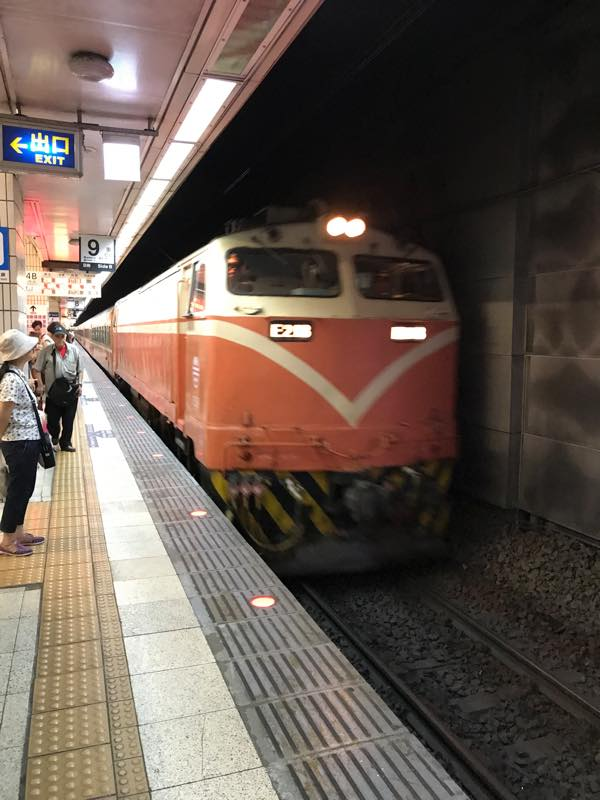 台北車站駅からTRAで瑞芳駅まで行ってバスで九份へ
