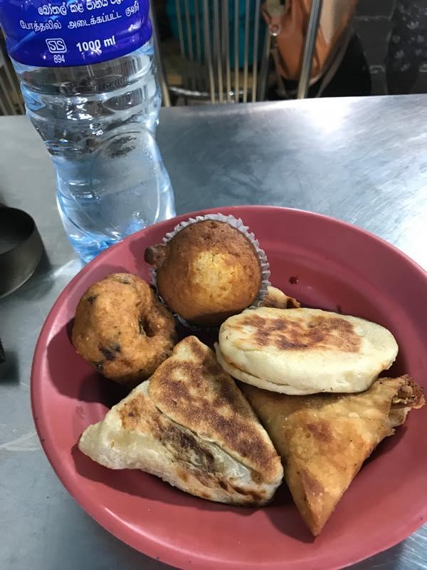 ローカル食堂で、バスの中で食べる予定のパンを買う