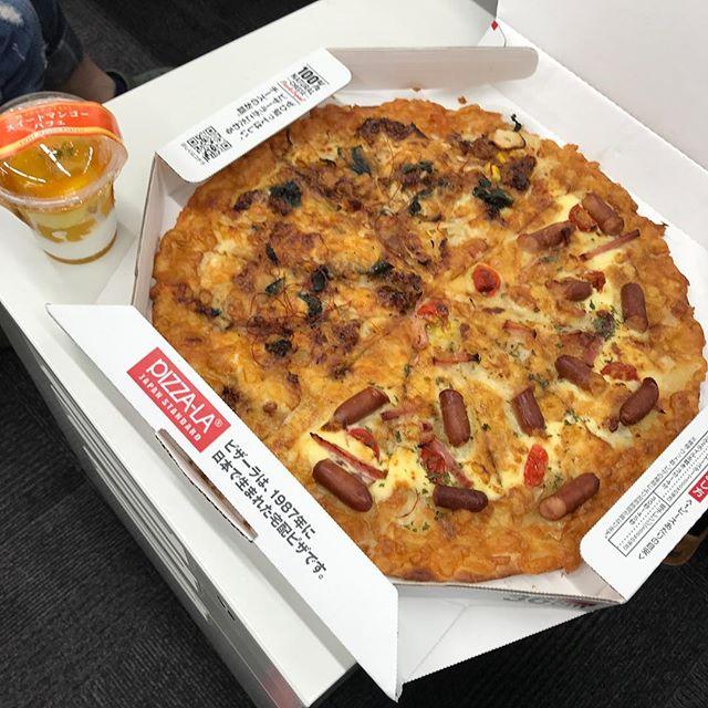 会社支給のピザの日!!今回はマンゴーパフェまで付いてました。