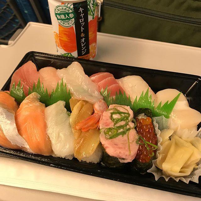 【優待ディナー】新幹線の中でかっぱ寿司で持ち帰った「かっぱの贅沢盛り」を頂く!!