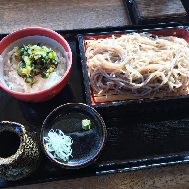 軽井沢アウトレットにあるやまへいで「せいろ蕎麦と野沢菜ご飯」のランチ