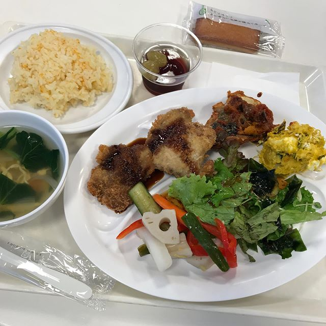 初、社食を頂く!<br>野菜多めのヘルシーメニューで美味しかった〜❣️